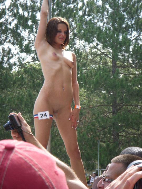 【露出イベント】本場アメリカで開催された野外ストリップイベント、普通にセックスしてる奴いて草wwwwwww(画像あり)・22枚目
