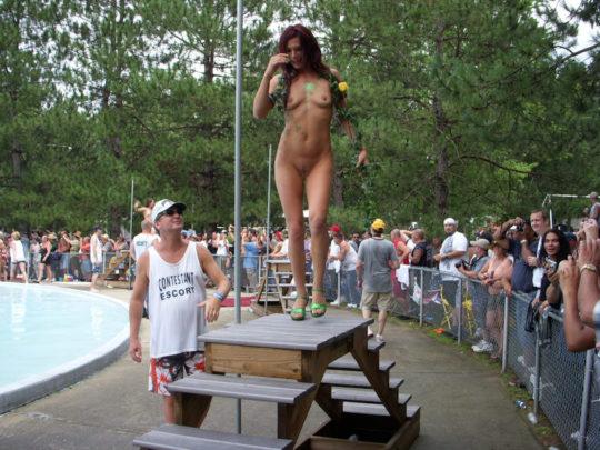 【露出イベント】本場アメリカで開催された野外ストリップイベント、普通にセックスしてる奴いて草wwwwwww(画像あり)・24枚目