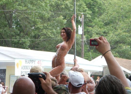 【露出イベント】本場アメリカで開催された野外ストリップイベント、普通にセックスしてる奴いて草wwwwwww(画像あり)・25枚目