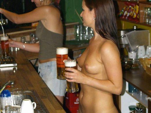 (摘発不可避)裸のウェイトレスがビール運んでくれる海外の色っぽい居酒屋、これJAPANでも作れよwwwwwwwwwwwwww(写真あり)
