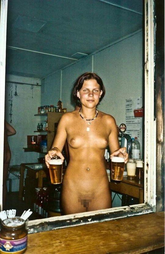【摘発不可避】全裸のウェイトレスがビール運んでくれる海外のセクシー居酒屋、これ日本でも作れよwwwwwww(画像あり)・2枚目