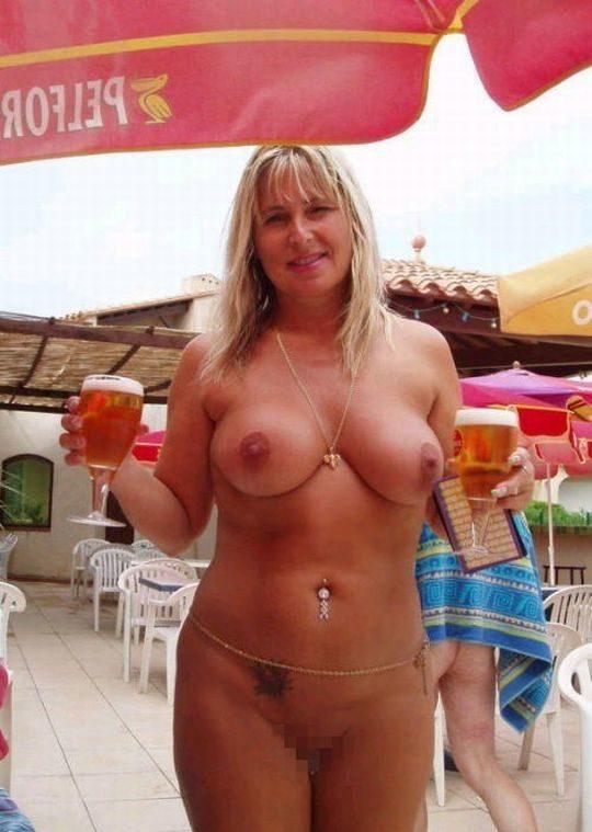 【摘発不可避】全裸のウェイトレスがビール運んでくれる海外のセクシー居酒屋、これ日本でも作れよwwwwwww(画像あり)・3枚目