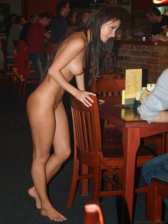 【摘発不可避】全裸のウェイトレスがビール運んでくれる海外のセクシー居酒屋、これ日本でも作れよwwwwwww(画像あり)・8枚目