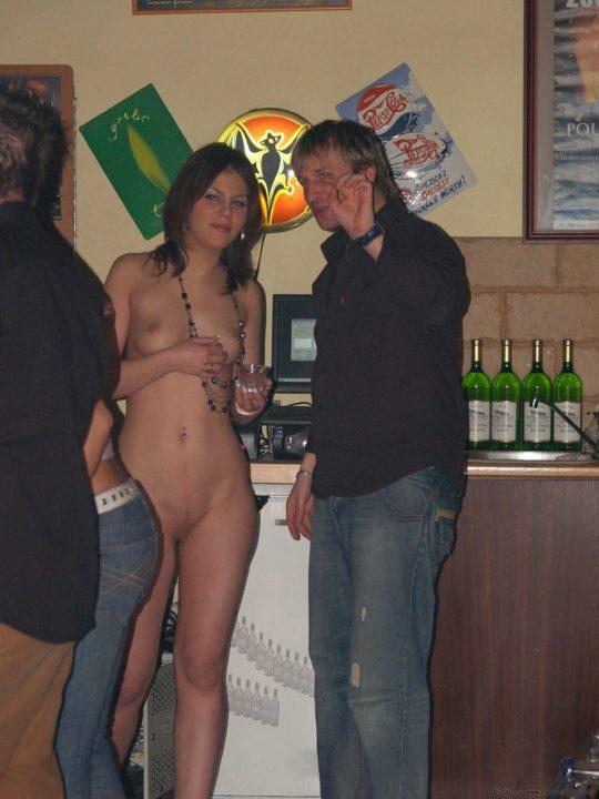 【摘発不可避】全裸のウェイトレスがビール運んでくれる海外のセクシー居酒屋、これ日本でも作れよwwwwwww(画像あり)・13枚目