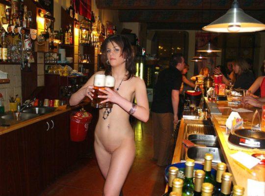 【摘発不可避】全裸のウェイトレスがビール運んでくれる海外のセクシー居酒屋、これ日本でも作れよwwwwwww(画像あり)・14枚目