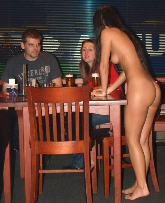 【摘発不可避】全裸のウェイトレスがビール運んでくれる海外のセクシー居酒屋、これ日本でも作れよwwwwwww(画像あり)・17枚目