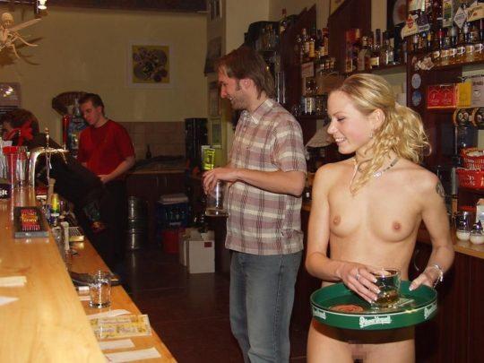 【摘発不可避】全裸のウェイトレスがビール運んでくれる海外のセクシー居酒屋、これ日本でも作れよwwwwwww(画像あり)・24枚目