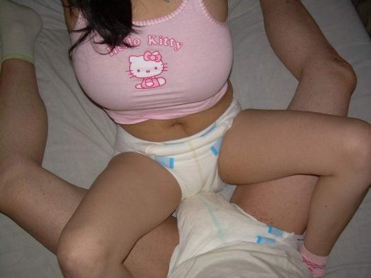 【特殊性癖】おしゃぶり&おむつ完全装備で赤ちゃんプレイを楽しむ外人ネキ、闇深過ぎ・・・・・(画像30枚)・2枚目