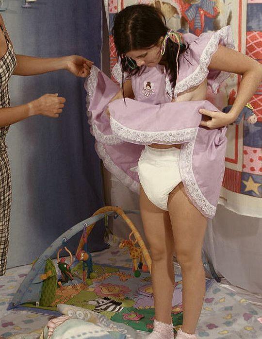 【特殊性癖】おしゃぶり&おむつ完全装備で赤ちゃんプレイを楽しむ外人ネキ、闇深過ぎ・・・・・(画像30枚)・4枚目