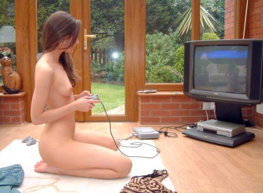 【意味不明】海外の全裸ゲーマーネキ、これマジでオンラインプレイでシコれるなwwwwwww(画像30枚)・10枚目