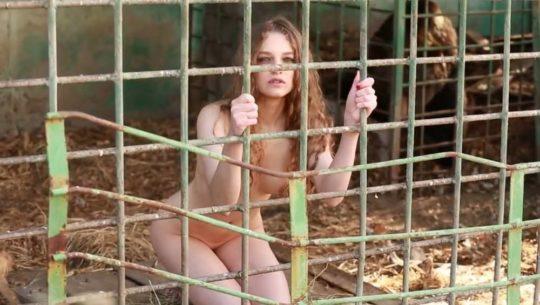【意識高い系】ロシアの20歳美人モデルが、動物の毛皮使用反対のため、全裸で抗議wwwwwww・1枚目