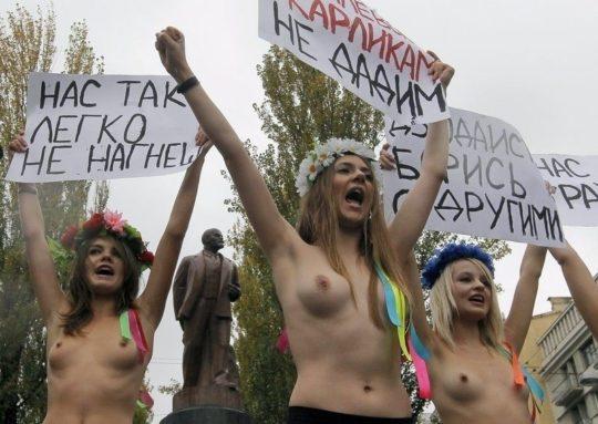 【意識高い系】ロシアの20歳美人モデルが、動物の毛皮使用反対のため、全裸で抗議wwwwwww・10枚目