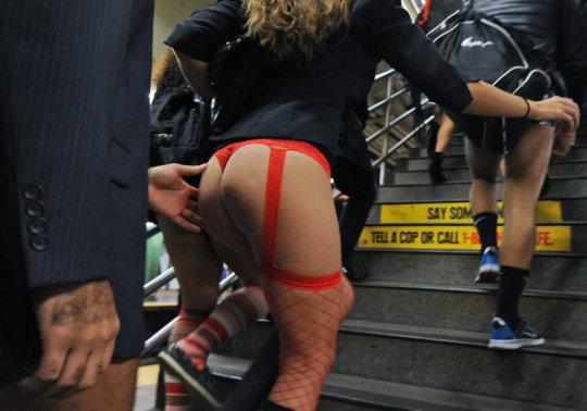 """【エロイベント】アメリカ発祥の地下鉄イベント""""No Pants Day""""、パンツ丸出しで地下鉄ってコレマジかwwwwwww(画像30枚)・2枚目"""