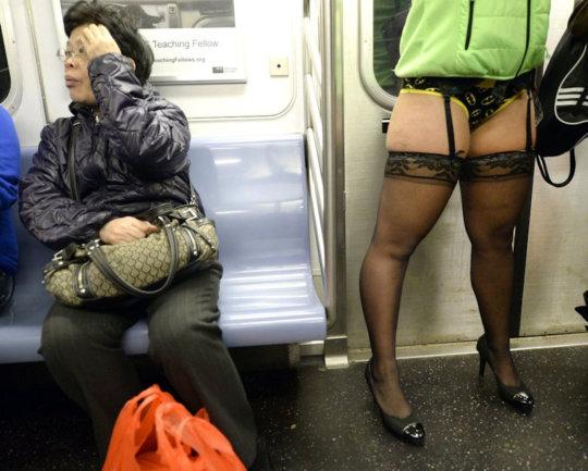 """【エロイベント】アメリカ発祥の地下鉄イベント""""No Pants Day""""、パンツ丸出しで地下鉄ってコレマジかwwwwwww(画像30枚)・14枚目"""