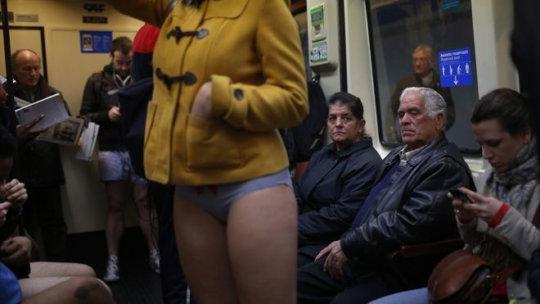 """【エロイベント】アメリカ発祥の地下鉄イベント""""No Pants Day""""、パンツ丸出しで地下鉄ってコレマジかwwwwwww(画像30枚)・15枚目"""