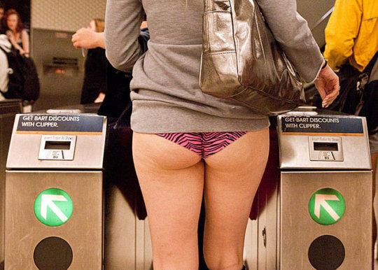 """【エロイベント】アメリカ発祥の地下鉄イベント""""No Pants Day""""、パンツ丸出しで地下鉄ってコレマジかwwwwwww(画像30枚)・19枚目"""