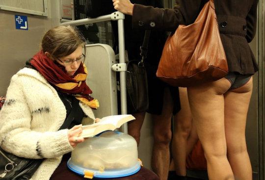 """【エロイベント】アメリカ発祥の地下鉄イベント""""No Pants Day""""、パンツ丸出しで地下鉄ってコレマジかwwwwwww(画像30枚)・25枚目"""