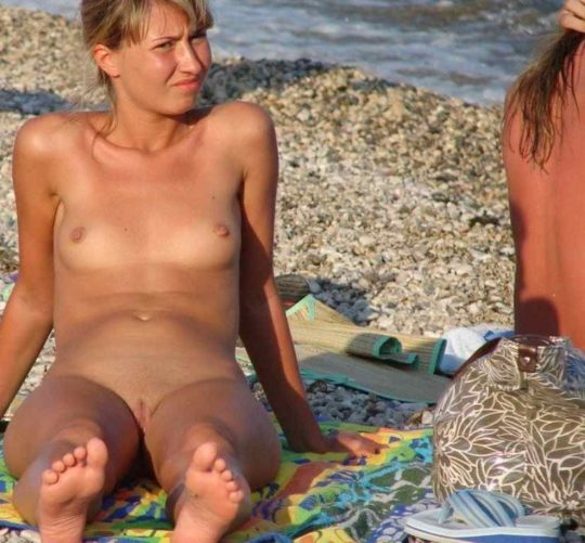 【ヌーディストビーチ】お日様に向けてマンコパカーンな性器日焼けネキ、画像撮られまくりでワロタwwwwwww(画像30枚)・4枚目