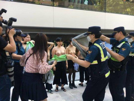 【丸出し民族】お隣韓国で真昼間からまんさんたちが路上でおっぱいを披露wwwwwwww(画像あり)・1枚目