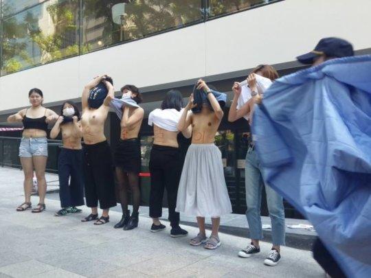 【丸出し民族】お隣韓国で真昼間からまんさんたちが路上でおっぱいを披露wwwwwwww(画像あり)・2枚目