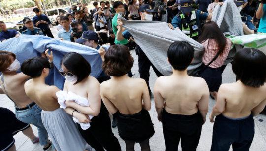 【丸出し民族】お隣韓国で真昼間からまんさんたちが路上でおっぱいを披露wwwwwwww(画像あり)・3枚目