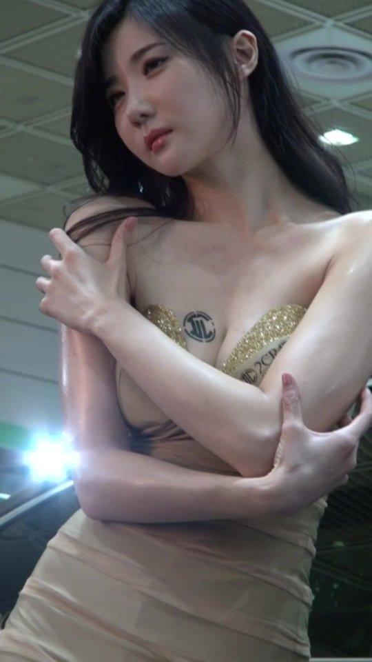 【おっぱいコンパニオン】アジアのモーターショー会場、ほぼおっぱいの品評会になっててワロタwwwwwww(画像30枚)・1枚目
