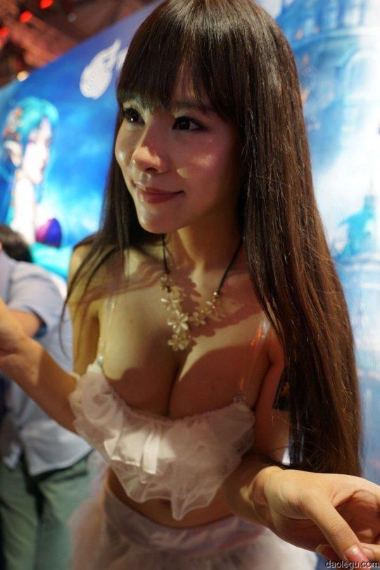 【おっぱいコンパニオン】アジアのモーターショー会場、ほぼおっぱいの品評会になっててワロタwwwwwww(画像30枚)・12枚目