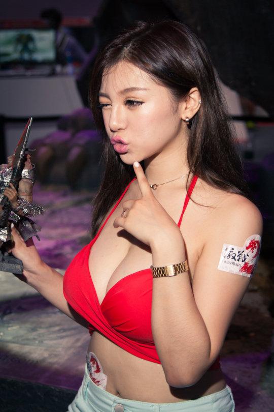 【おっぱいコンパニオン】アジアのモーターショー会場、ほぼおっぱいの品評会になっててワロタwwwwwww(画像30枚)・14枚目
