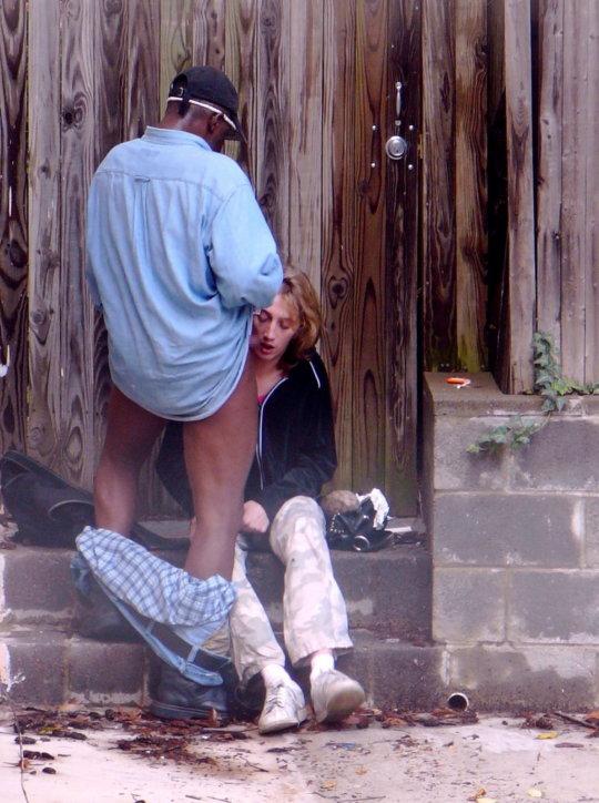 【リスキー】客取ってその場でおっ始めちゃう外人売春婦ネキ、逞し過ぎwwwwwww(画像30枚)・15枚目