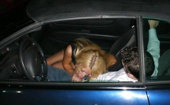 """【免停確実】運転中ガチでして貰うと結構危険な""""ドライブフェラ""""、まあセックスしないだけマシだなwwwwwww(画像30枚)・1枚目"""