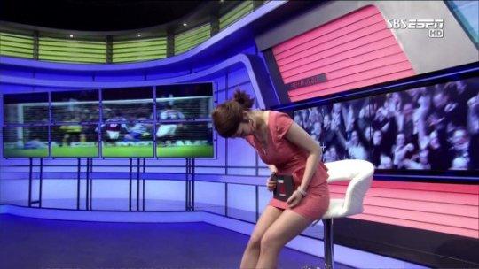 【ほぼホステス】AV禁止のお隣韓国、ニュース番組の女子アナスカートがキャバ嬢レベルでワロタwwwwwww(画像あり)・25枚目