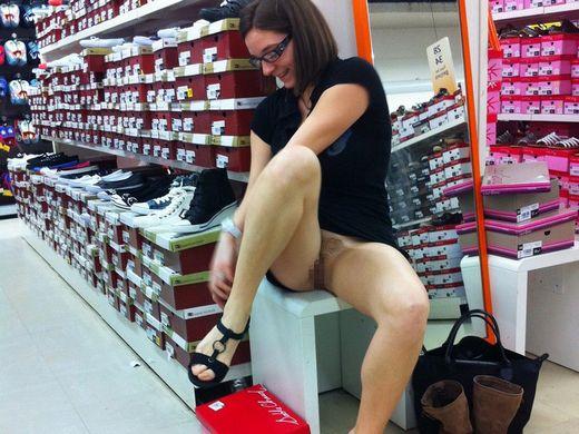 【変態ホイホイ】外国の靴売り場で一日盗撮した結果、半数はノーパンでワロタwwwwwww(画像あり)