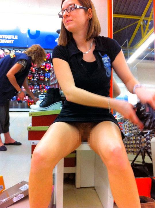 【変態ホイホイ】外国の靴売り場で一日盗撮した結果、半数はノーパンでワロタwwwwwww(画像あり)・4枚目