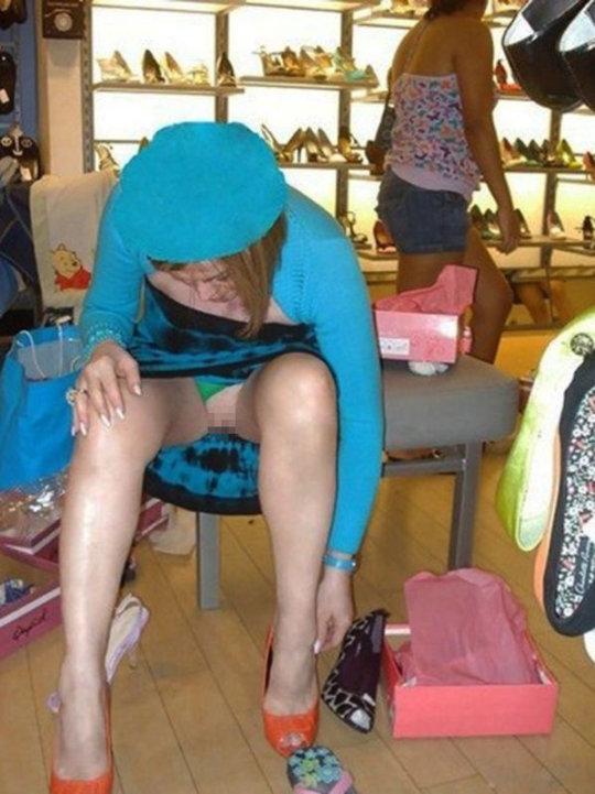【変態ホイホイ】外国の靴売り場で一日盗撮した結果、半数はノーパンでワロタwwwwwww(画像あり)・8枚目