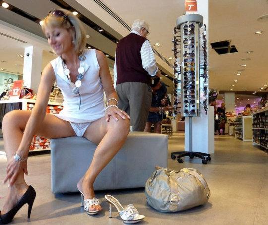 【変態ホイホイ】外国の靴売り場で一日盗撮した結果、半数はノーパンでワロタwwwwwww(画像あり)・9枚目