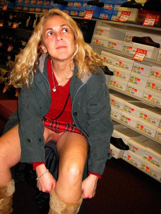 【変態ホイホイ】外国の靴売り場で一日盗撮した結果、半数はノーパンでワロタwwwwwww(画像あり)・11枚目
