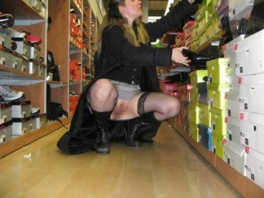 【変態ホイホイ】外国の靴売り場で一日盗撮した結果、半数はノーパンでワロタwwwwwww(画像あり)・13枚目