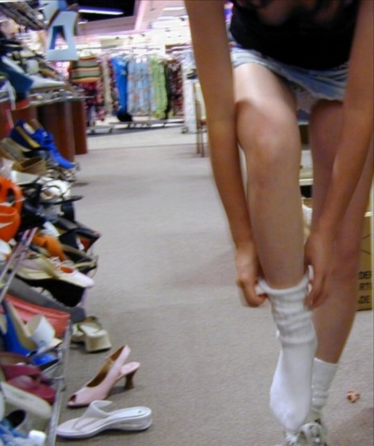 【変態ホイホイ】外国の靴売り場で一日盗撮した結果、半数はノーパンでワロタwwwwwww(画像あり)・15枚目