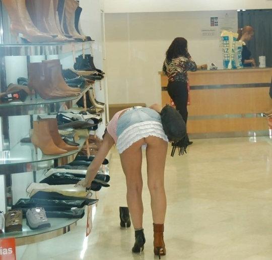 【変態ホイホイ】外国の靴売り場で一日盗撮した結果、半数はノーパンでワロタwwwwwww(画像あり)・16枚目