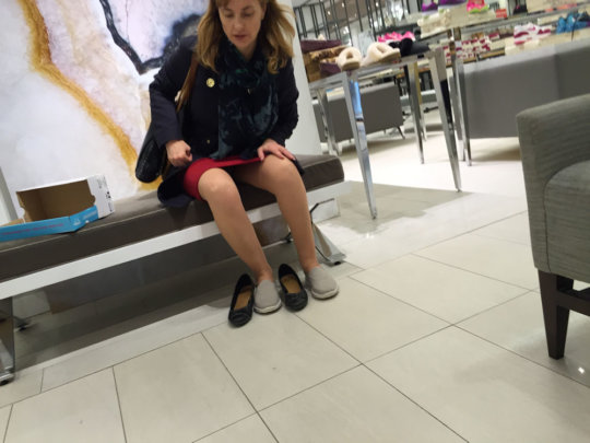 【変態ホイホイ】外国の靴売り場で一日盗撮した結果、半数はノーパンでワロタwwwwwww(画像あり)・17枚目
