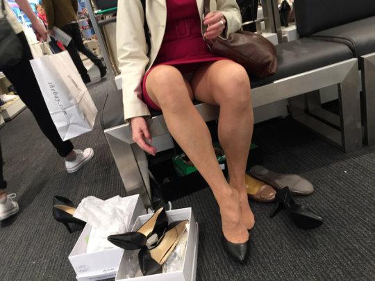 【変態ホイホイ】外国の靴売り場で一日盗撮した結果、半数はノーパンでワロタwwwwwww(画像あり)・19枚目
