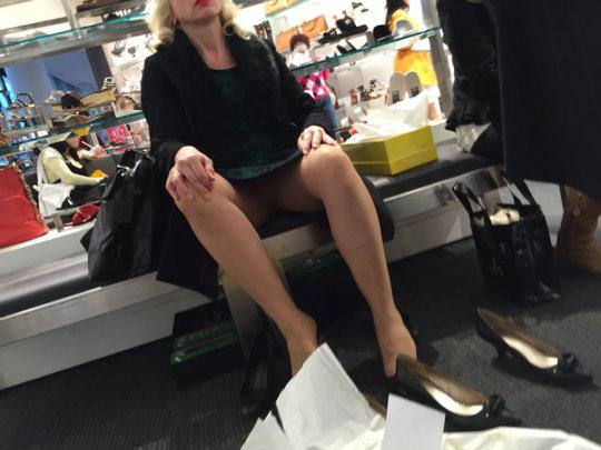 【変態ホイホイ】外国の靴売り場で一日盗撮した結果、半数はノーパンでワロタwwwwwww(画像あり)・20枚目