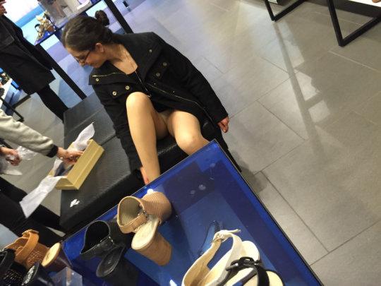 【変態ホイホイ】外国の靴売り場で一日盗撮した結果、半数はノーパンでワロタwwwwwww(画像あり)・21枚目