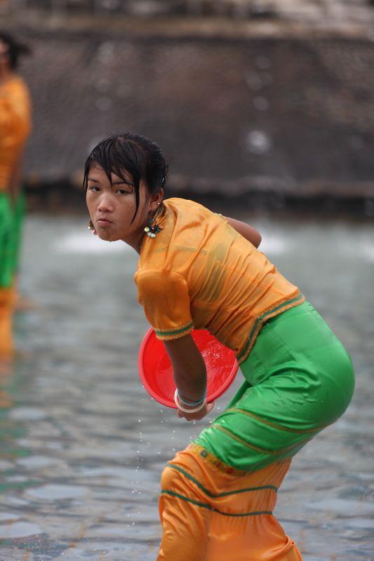 """【透け透け】中国雲南省に伝わる水かけ祭り""""溌水節(はっすいせつ)""""、同じアジア人だと超エロいwwwwwww(画像あり)・3枚目"""