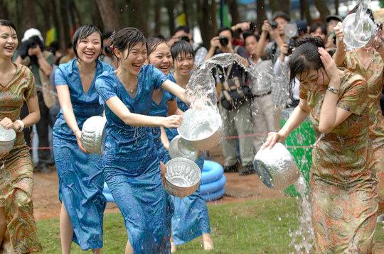 """【透け透け】中国雲南省に伝わる水かけ祭り""""溌水節(はっすいせつ)""""、同じアジア人だと超エロいwwwwwww(画像あり)・8枚目"""