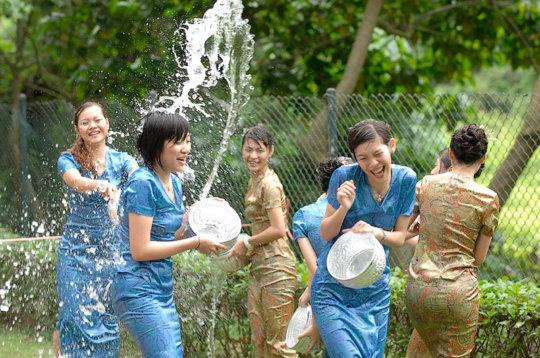 """【透け透け】中国雲南省に伝わる水かけ祭り""""溌水節(はっすいせつ)""""、同じアジア人だと超エロいwwwwwww(画像あり)・10枚目"""