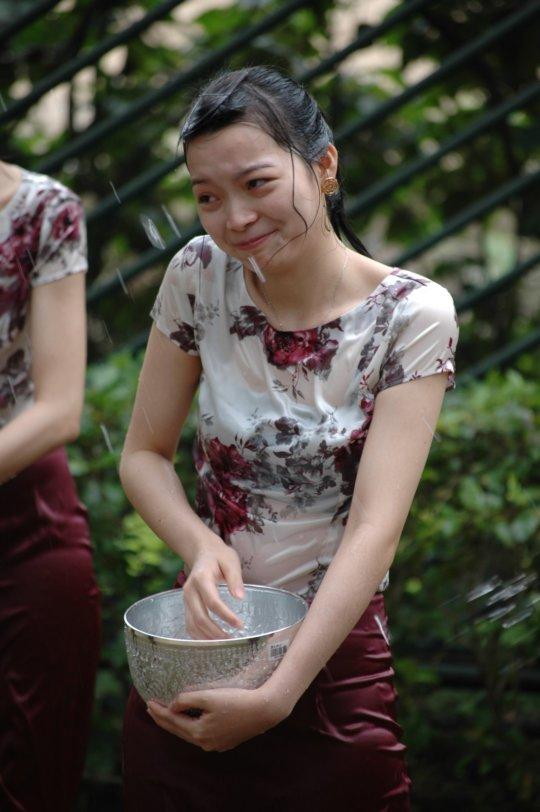"""【透け透け】中国雲南省に伝わる水かけ祭り""""溌水節(はっすいせつ)""""、同じアジア人だと超エロいwwwwwww(画像あり)・11枚目"""