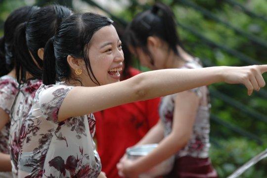 """【透け透け】中国雲南省に伝わる水かけ祭り""""溌水節(はっすいせつ)""""、同じアジア人だと超エロいwwwwwww(画像あり)・12枚目"""