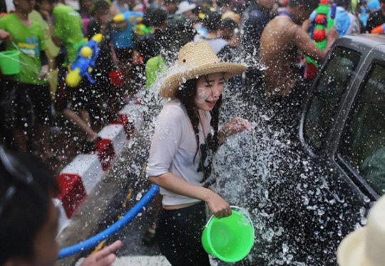 """【透け透け】中国雲南省に伝わる水かけ祭り""""溌水節(はっすいせつ)""""、同じアジア人だと超エロいwwwwwww(画像あり)・14枚目"""