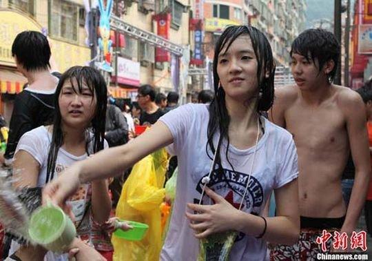 """【透け透け】中国雲南省に伝わる水かけ祭り""""溌水節(はっすいせつ)""""、同じアジア人だと超エロいwwwwwww(画像あり)・17枚目"""
